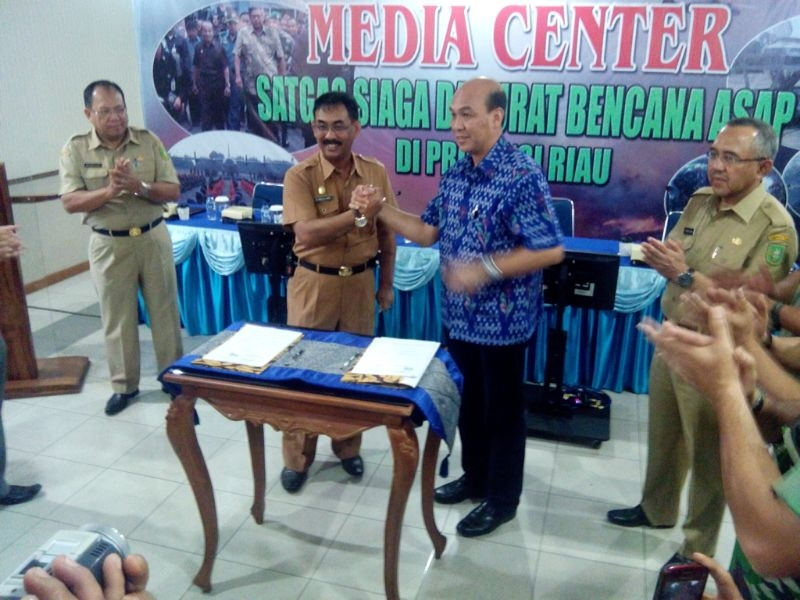 RAPP Director, Mulia Nauli, signed MoU with Riau province government to combat forest fire