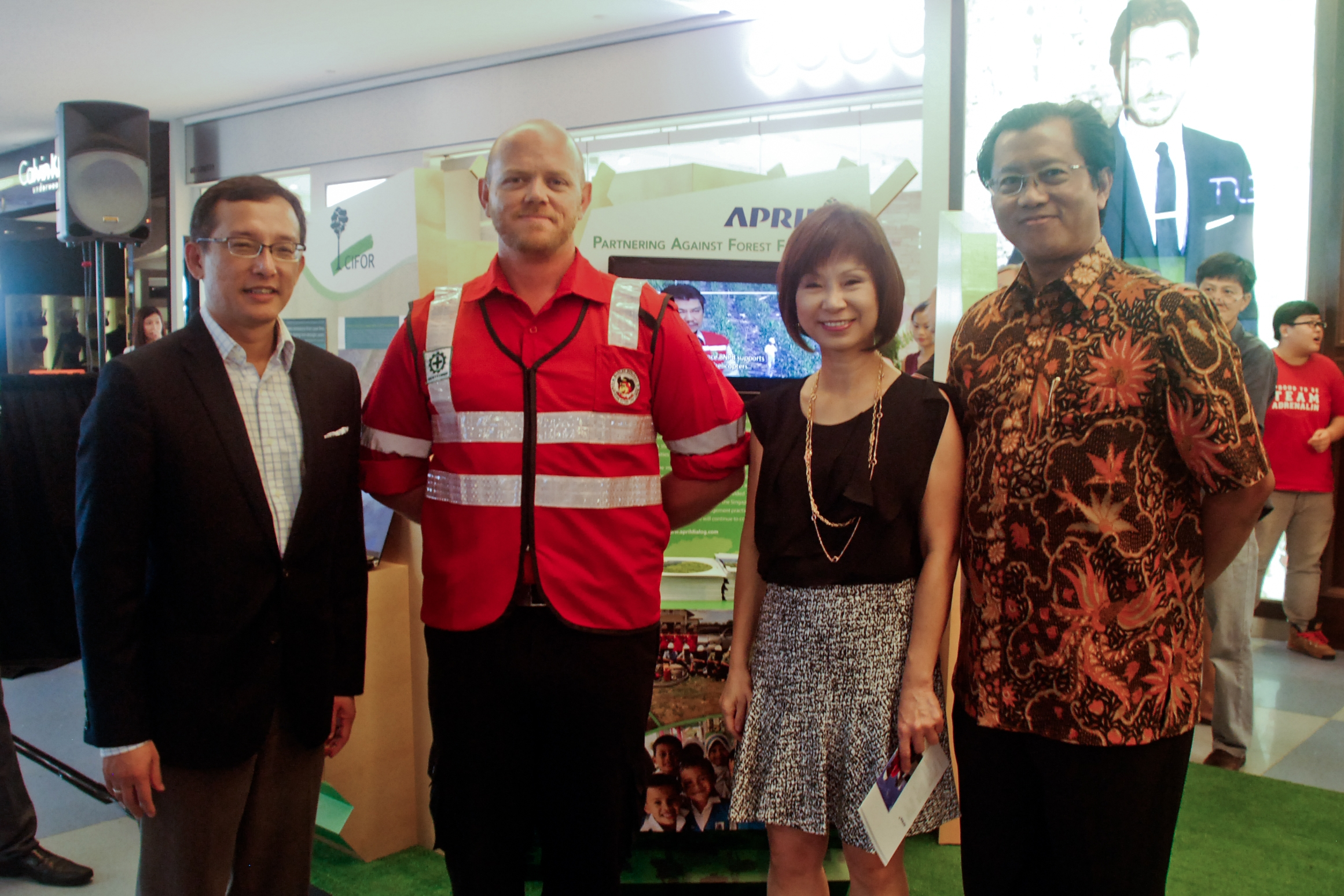 Prof. Simon Tay, Ian Wevell (APRIL), Dr. Amy Khor, Petrus Gunarso (APRIL) at SIIA campaign to stop fire and haze.
