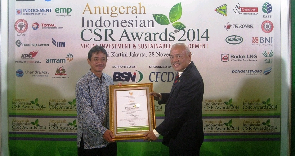 Hartjahjo Ariawan from RAPP Community Development department received the Indonesian CSR Awards on behalf of PT. RAPP