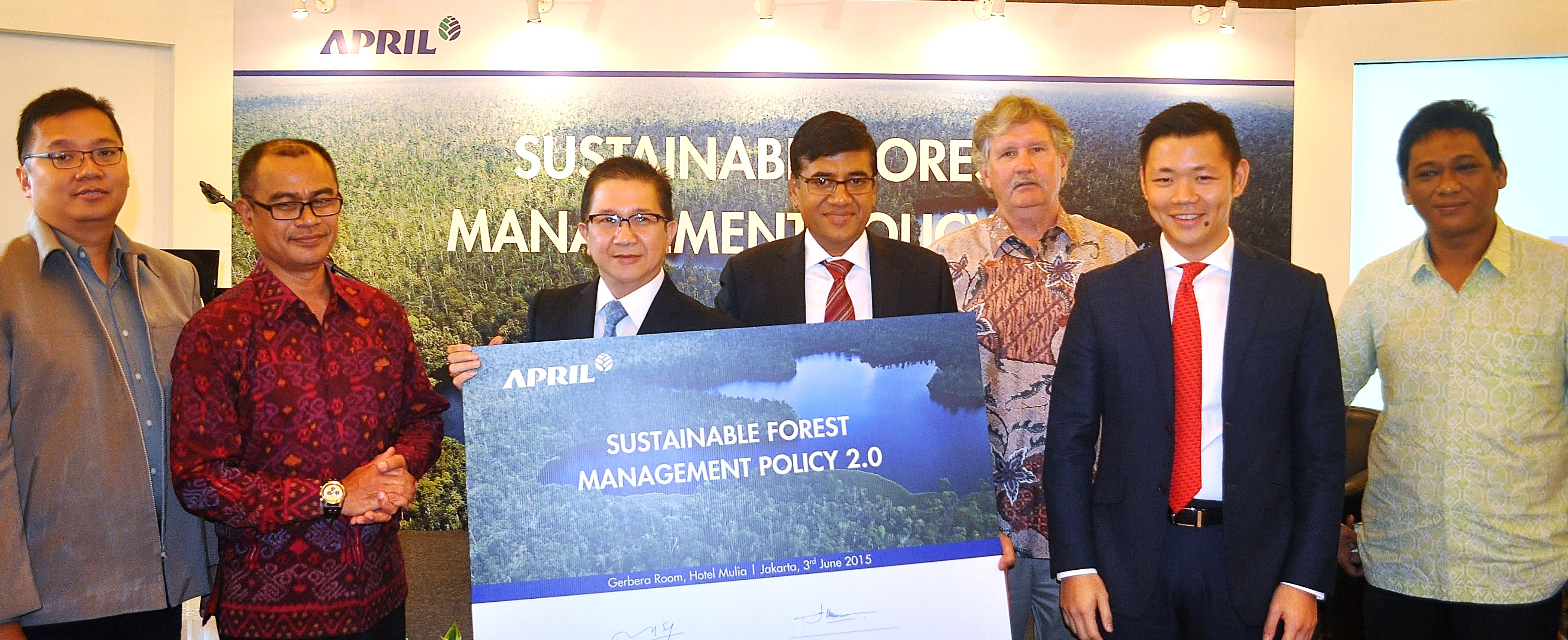 From left to right: Aditya Bayunanda WWF Indonesia, Ida Bagus Putera Parthama Director General Sustainable Forest Management Ministry of Environment and Forestry, President Director PT. Riau Andalan Pulp and Paper (RAPP) Tony Wenas, President APRIL Praveen Singhavi, Chairman of Stakeholder Advisory Committee (SAC) Joseph Lawson, RGE Director Anderson Tanoto, Greenpeace Bustar Maitar