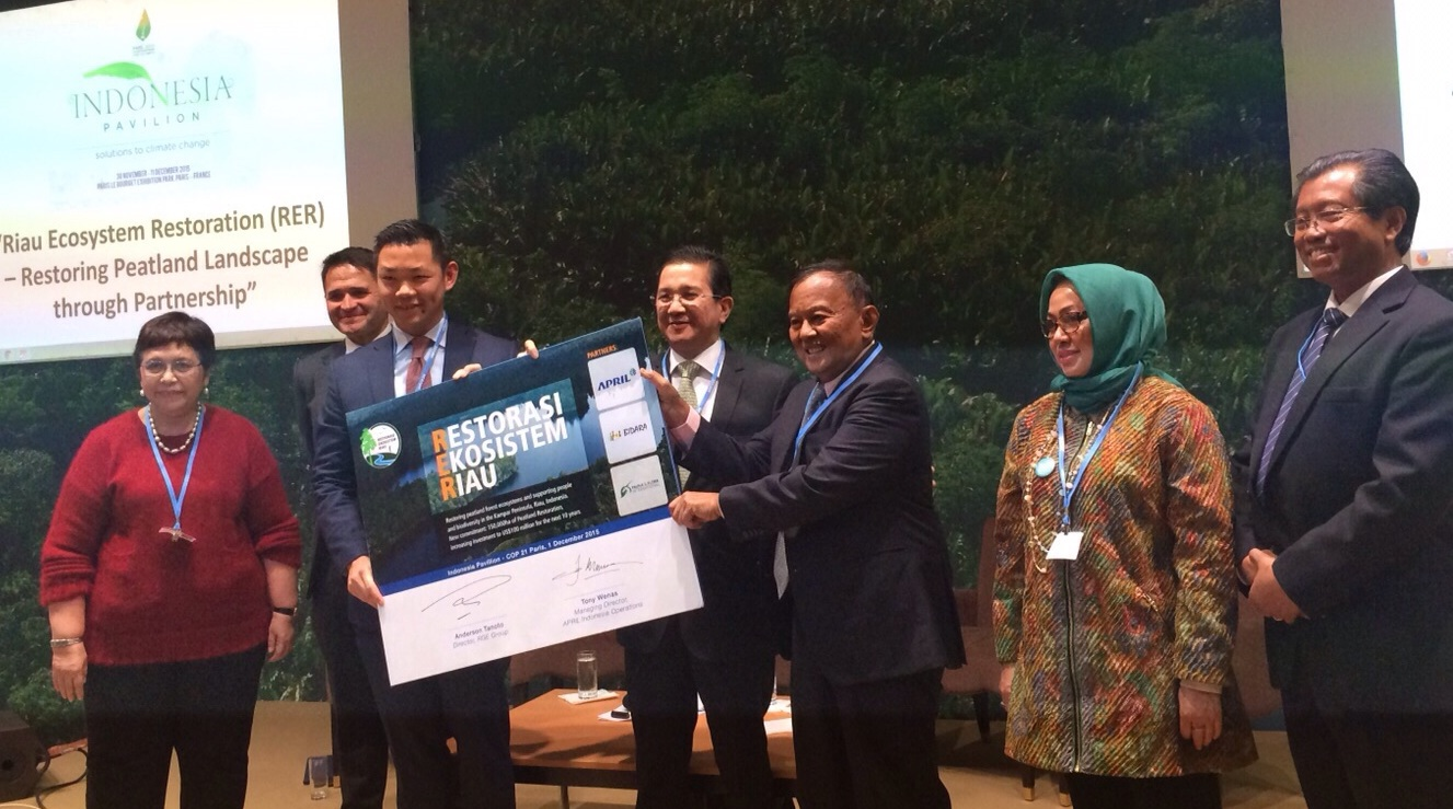 Anderson Tanoto and Rachmat Witoelar, climate change special envoy of the President of the Republic of Indonesia holding the RER expansion announcement placard.