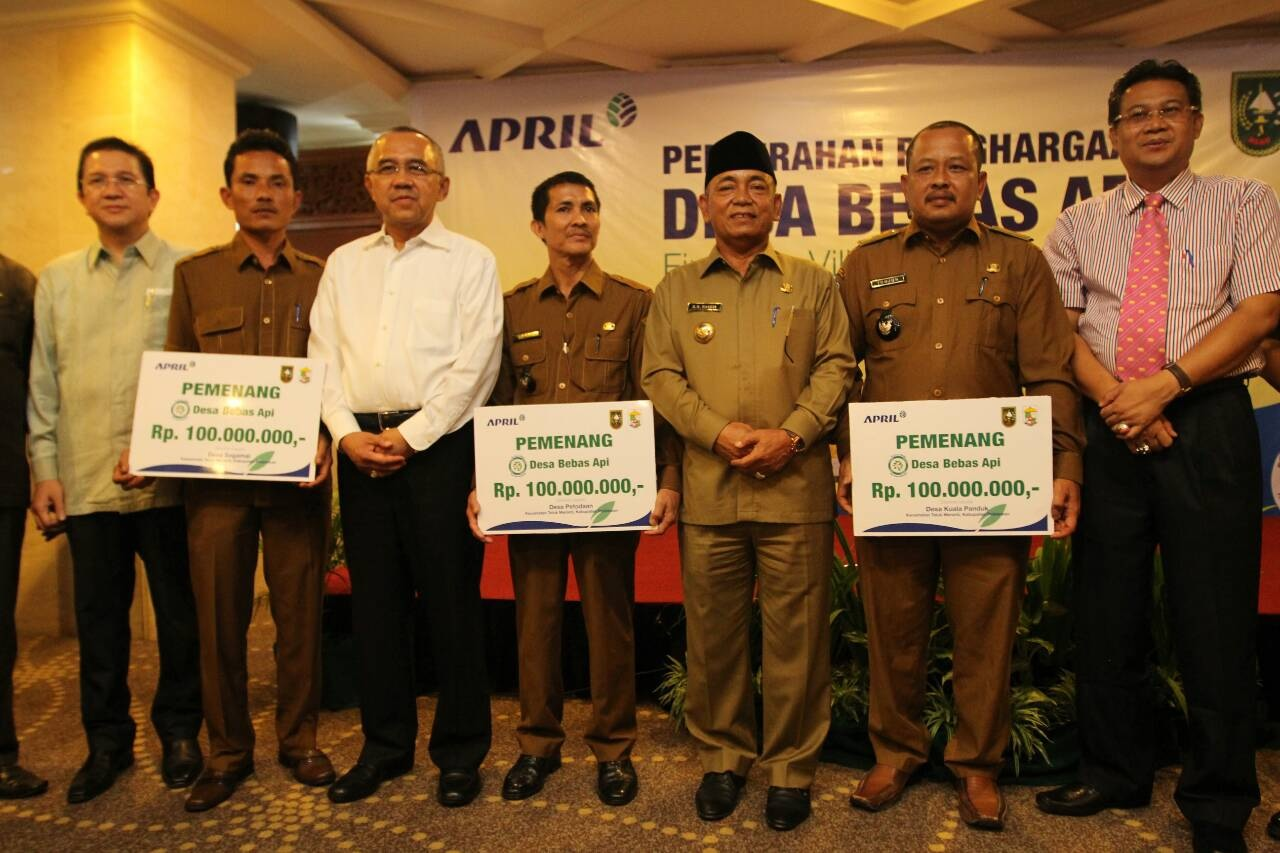 Fire Free Village Programme award recipients with Tony Wenas, Managing Director, APRIL Indonesia Operations, Riau Interim Governor Arsyadjuliandi Rachman, and Pelalawan regent chief, HM Harris