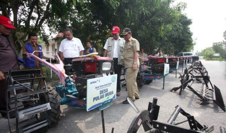 Village chiefs inspects the hand tractors with Rudi Fajar, RAPP Director