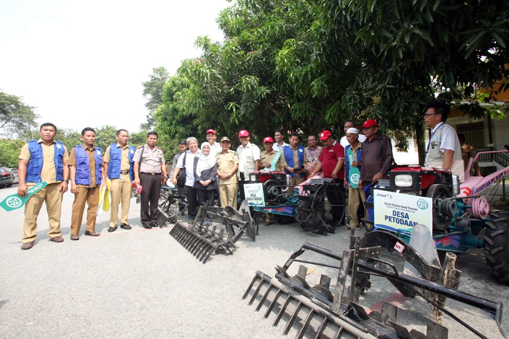Communities Receive Hand Tractors from APRIL