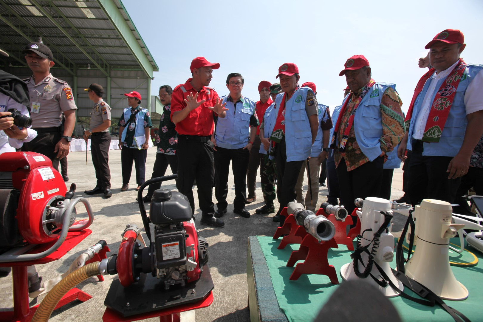 Vice Governor of Riau, Wan Thamrin Hasyim (second from right) and other dignitaries receiving a briefing on PT RAPP's fire suppression capabilities
